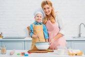 Fotografie Usmíval se, matka a syn v kuchyni vaření dohromady