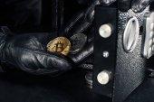 Ruka zloděj ukradl zlatý bitcoin z bezpečné