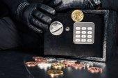Datailní pohled člověka otevírání s bitcoin kryptoměn bezpečí