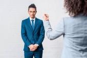 Fotografia Donna di affari prepotente minacciando suo collega maschio