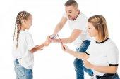 rodina v podobné oblečení hraje s kartáčky izolované na bílém