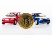 Detailní pohled modely bitcoin a auto na bílém