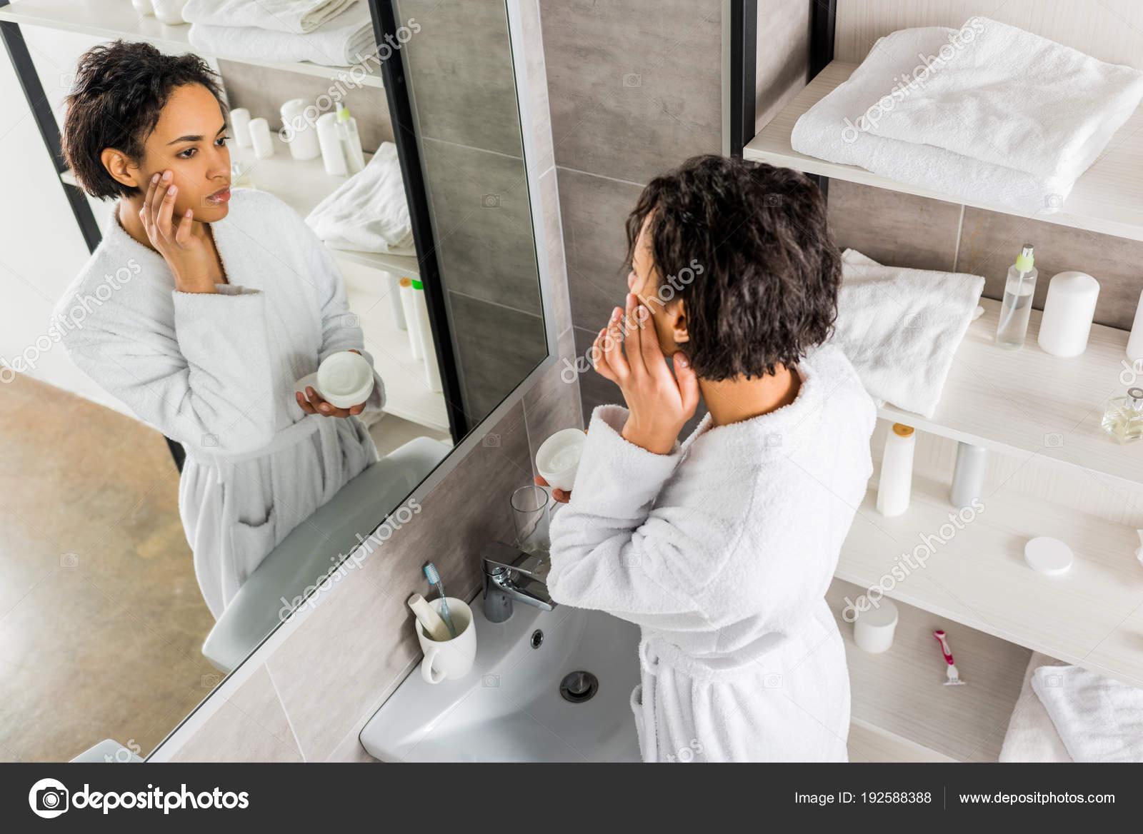 El joven hombre hermoso se encuentra en el cuarto de baño ...