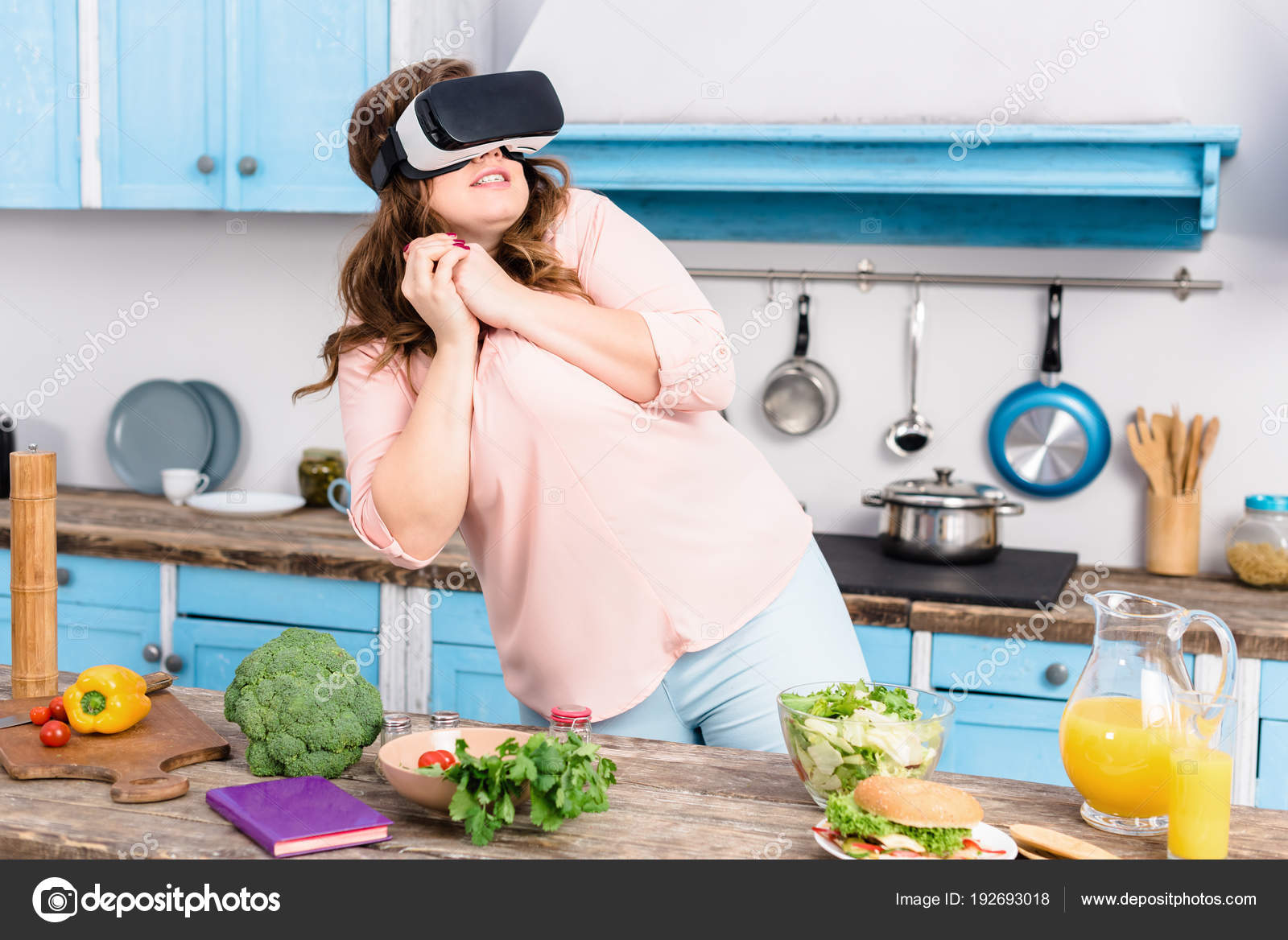 Virtual Reality Keuken : Overgewicht vrouw bang virtual reality headset staande aan tafel