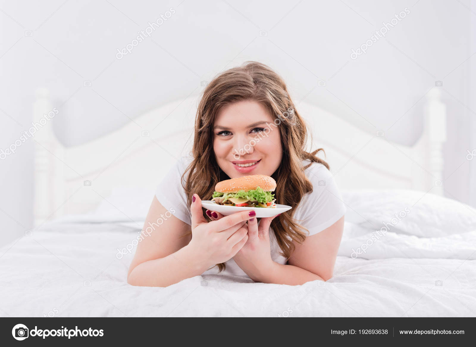 Portrat Von Ubergewicht Lachelnde Frau Pyjama Mit Burger Auf Bett