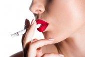 a nő a dohányzás cigaretta elszigetelt fehér oldalnézete