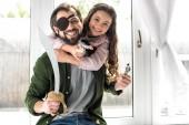 Fotografie Šťastný otec a dcera se usmívá na kameru při hraní a předstírá, že piráti doma