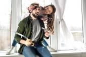 Fotografie Šťastný otec a dcera hrát spolu a předstírá, že piráti doma