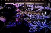 Fotografie Schnappschuss von Hackern mit Handschuhen und verschiedenen Kabeln