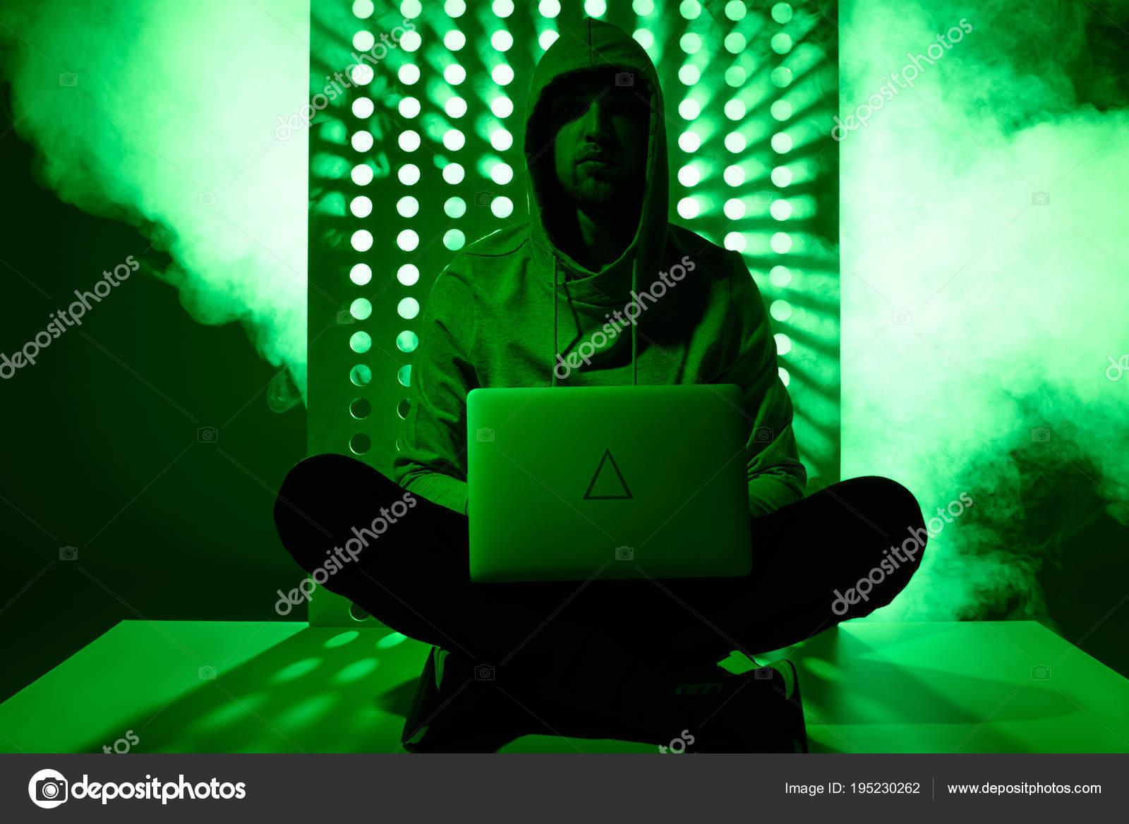 be209a99b6 Πιο Ήπια Εικόνα Του Χάκερ Στο Hoodie Φορητό Υπολογιστή Και — Φωτογραφία  Αρχείου