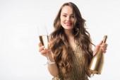 Fotografia donna attraente che sta con bottiglia e bicchiere di champagne isolato su bianco