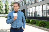 profesionální zralé news reportér mluvil s mikrofonem