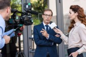 profesionální kameraman a news reportér mluvil s vážnou podnikatel