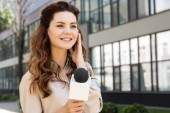 Photo beautiful anchorwoman taking interview with microphone