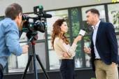 profesionální kameraman a novinář rozhovor podnikatel poblíž kancelářská budova