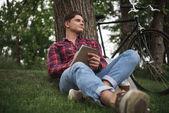 Mladý muž si poznámky do notebooku