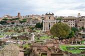 historické zříceniny římského fóra proti modré obloze s mraky v Římě