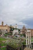 Historische Wahrzeichen Roms gegen wolkenverhangenen Himmel