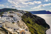 Photo white houses near aegean sea against sky with clouds in greece