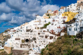 Photo  white houses near windmill in Santorini island