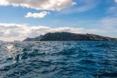 sluneční svit na klidném Egejském moři u ostrova v řečtině