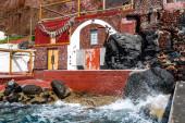 šplouchnutí vody z Egejského moře v blízkosti červené budovy na řeckém ostrově