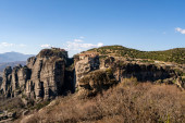 Photo orthodox monastery on rock formations against blue sky in greece