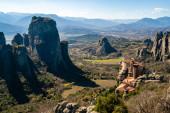 Fotografie ortodoxní klášter na skalních útvarech v blízkosti hor v meteoře