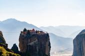 Fotografie skalní útvary s ortodoxním klášterem v blízkosti hor v meteoře
