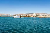 PIRAEUS, ŘECKO - 10. dubna 2020: velké trajekty s anekovými liniemi v Egejském moři