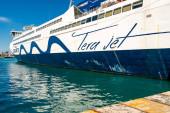 PIRAEUS, GÖRÖGORSZÁG - ÁPRILIS 10, 2020: nagy komp tera jet betűkkel az égei-tengeri tengeren
