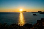 západ slunce v blízkosti malebného Egejského moře v řečtině