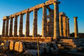sluneční svit na prastarých sloupcích partenonu v Aténách