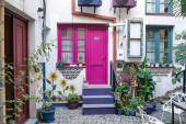 rajz fehér ház rózsaszín ajtó és ablak