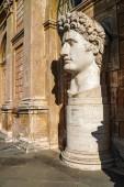 Photo sunshine on caesar augustus head statue in vatican