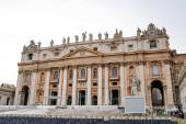 VATICAN CITY, OLASZORSZÁG - ÁPRILIS 10, 2020: Ősi Szent Péter bazilika szobrokkal a tetőn