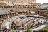 ŘÍM, ITÁLIE - 10. dubna 2020: lidé kráčející v blízkosti zřícenin historického kolosea