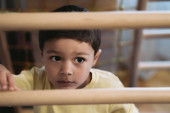 Fotografie selective focus of cute boy climbing on ladder in home gym