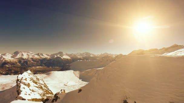 Letecký pohled na horský vrchol sněhu zimní krajiny