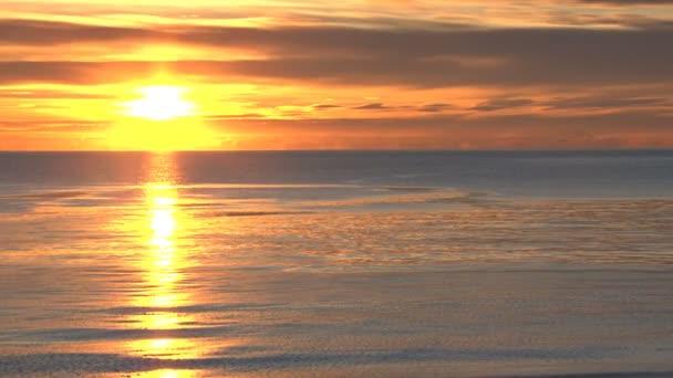 gleißender Sonnenuntergang am Strand