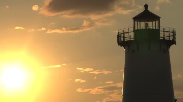 Leuchtturm in der Silhouette der strahlenden Sonne