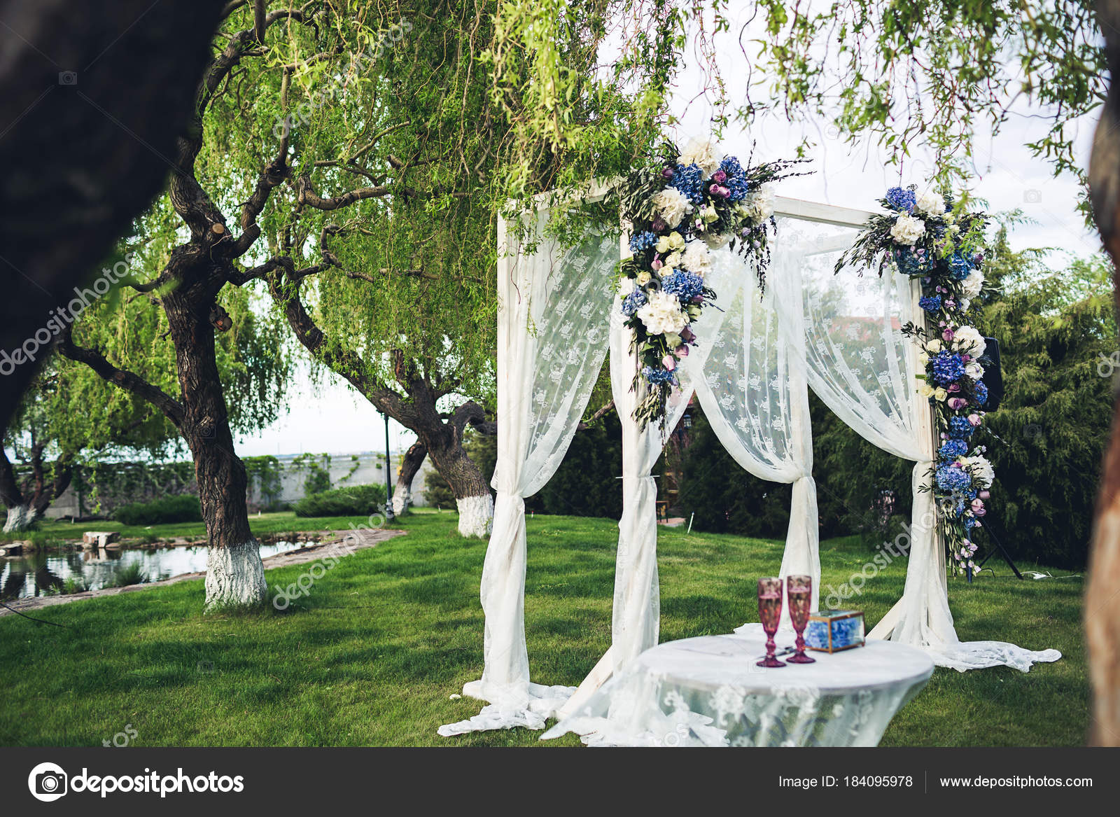 Schone Hochzeit Bogen Und Tisch In Der Natur Hochzeitsdekorationen