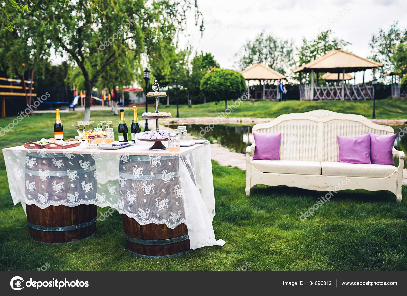 Buffet Tisch Und Photozone Bei Der Hochzeit Hochzeitsdekorationen