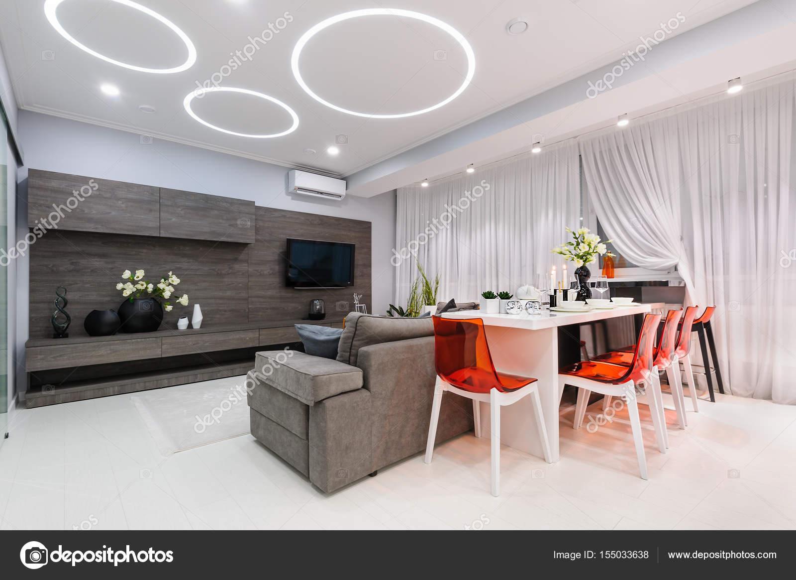 Salone bianco moderno con tavolo da pranzo — Foto Stock © starush ...