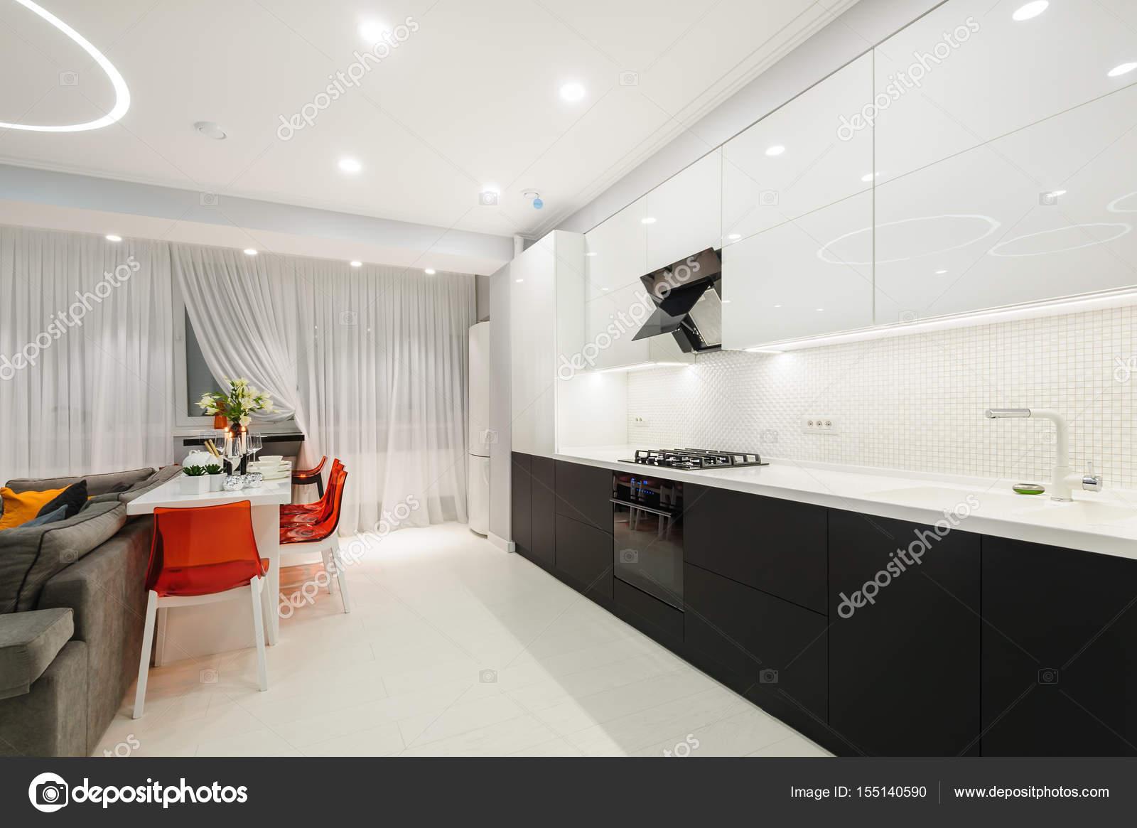 Cozinha Moderna Branca E Sala De Jantar Fotografias De Stock
