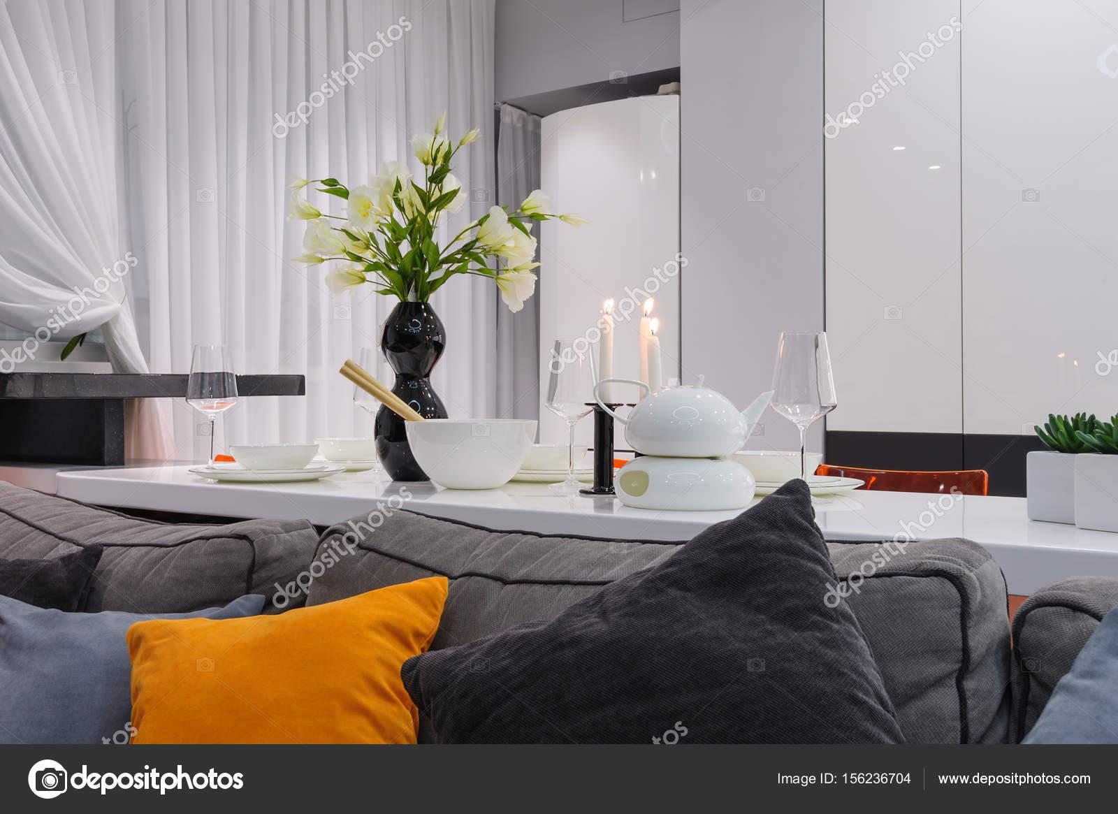 Moderne witte keuken en woonkamer u stockfoto starush