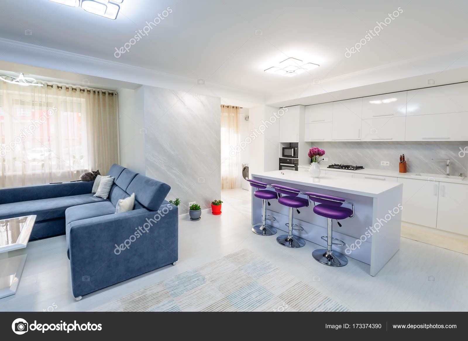 Innere Des Modernen Studio Apartment Mit Weißen Küche Und Sofa, Barhocker,  Minimalistische Cleanes Design Lila U2014 Foto Von Starush