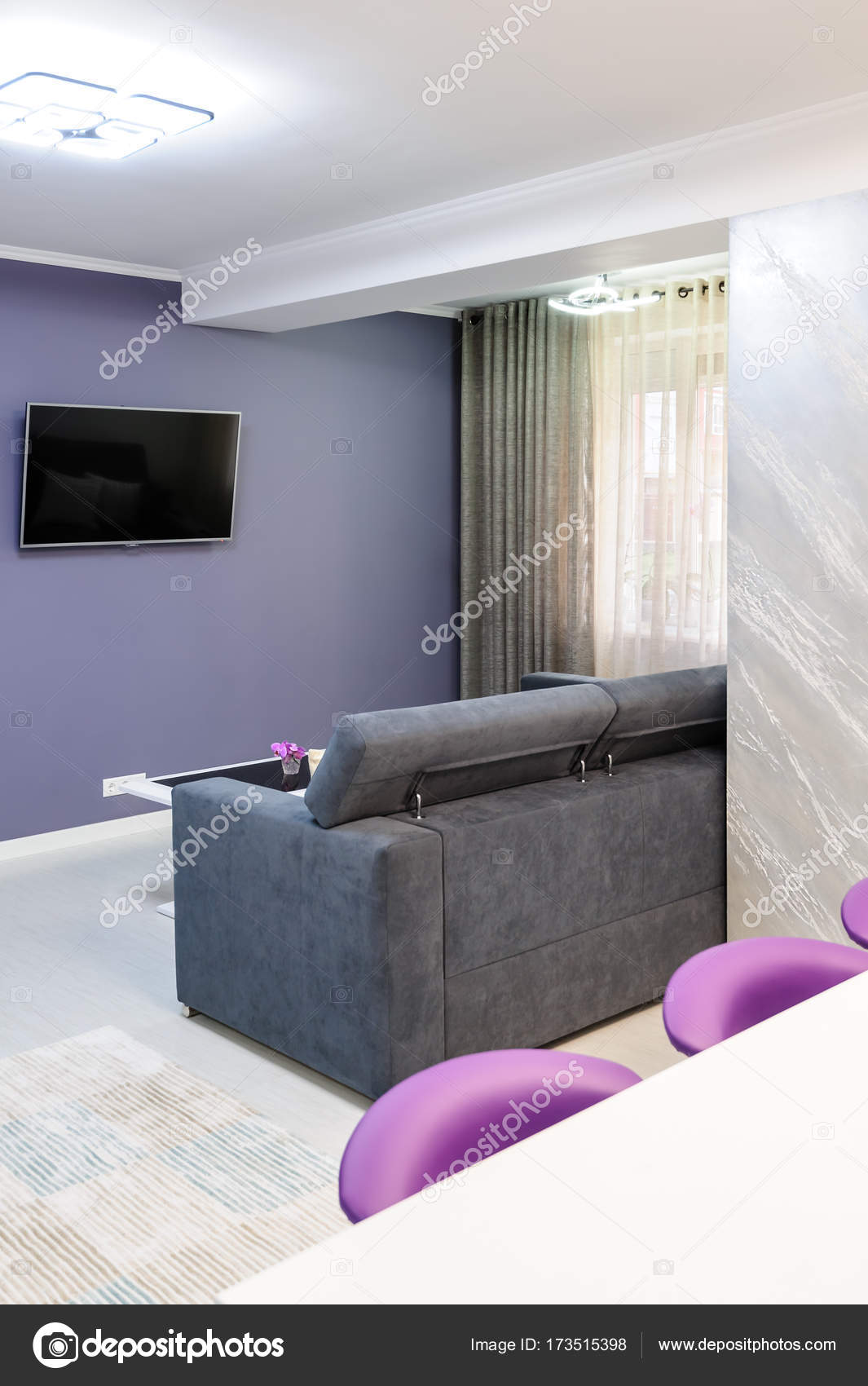 Moderne Witte Eettafel.Witte Eettafel In Moderne Keuken Stockfoto C Starush