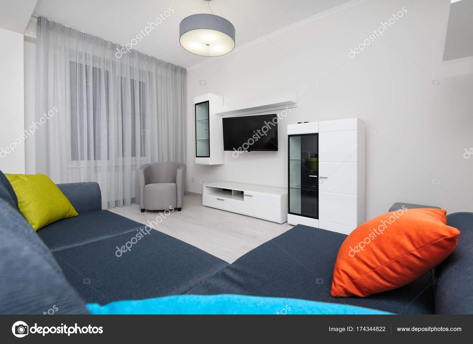 Witte Woonkamer Set : Wit woonkamer met tv set stoel en grijze bank u stockfoto