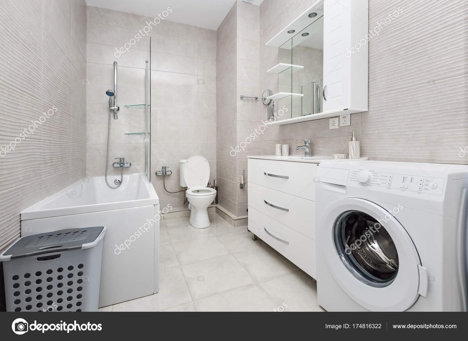 Modernes weißes badezimmer interieur u stockfoto starush